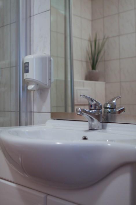 Eigenes Badezimmer mit Waschbecken, Dusche und WC.