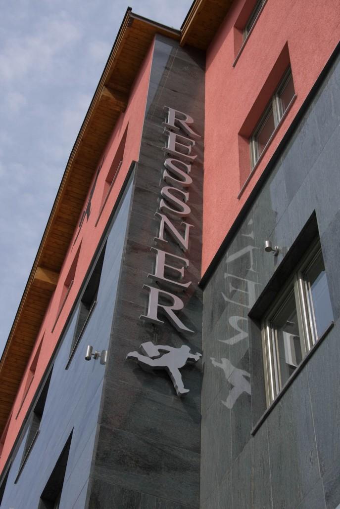 Eine Aussenansicht des Hotel Gebäudes.
