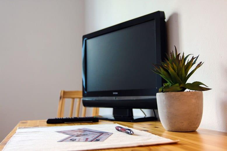 Schreibtisch und TV